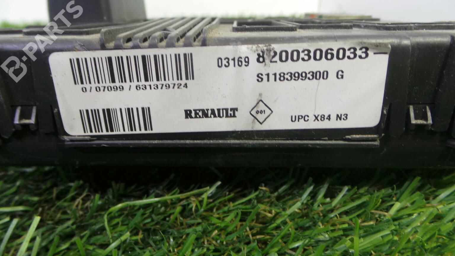 Fuse Box 8200 306 033 RENAULT, MEGANE II (BM0/1_, CM0/